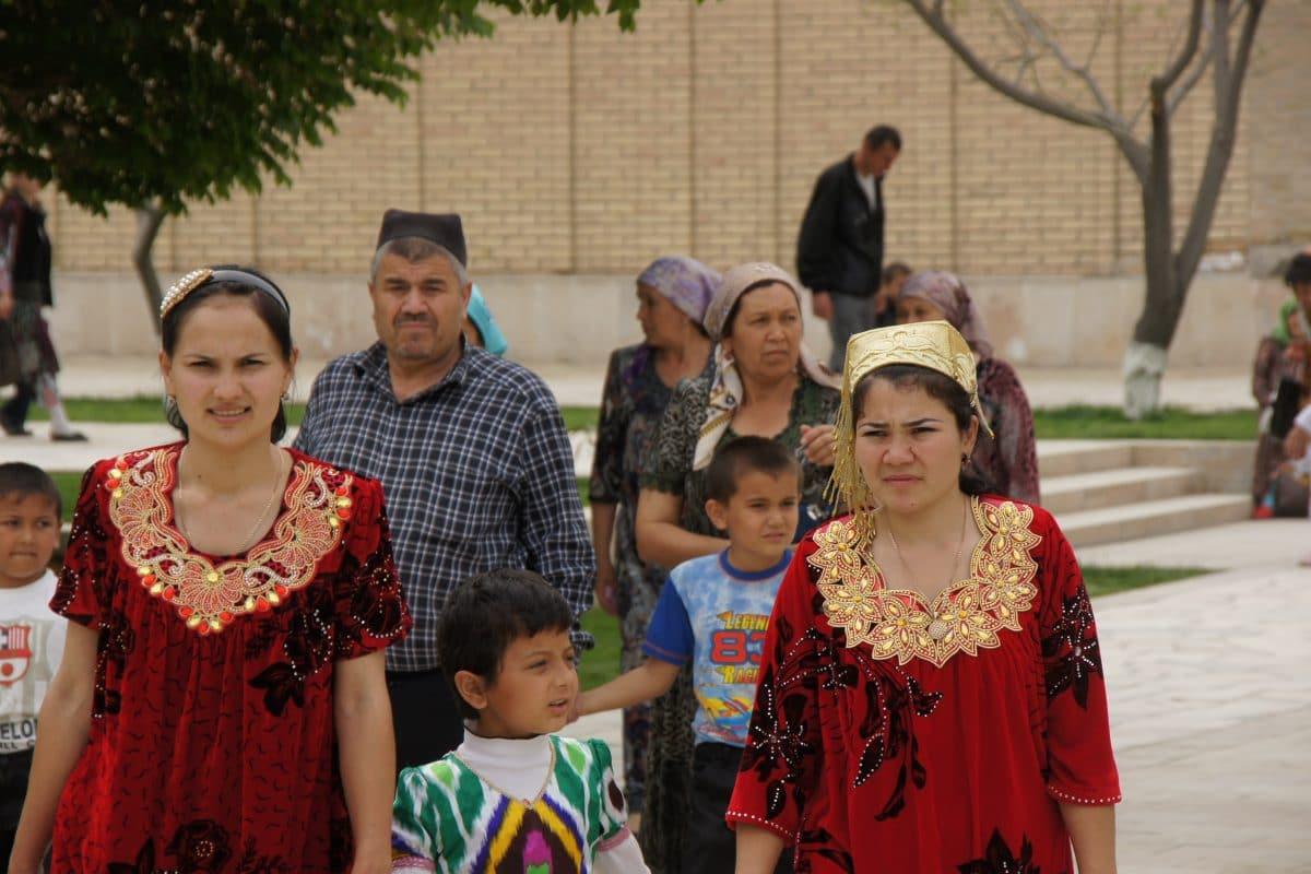 Eine Usbekische Familie in Gewändern