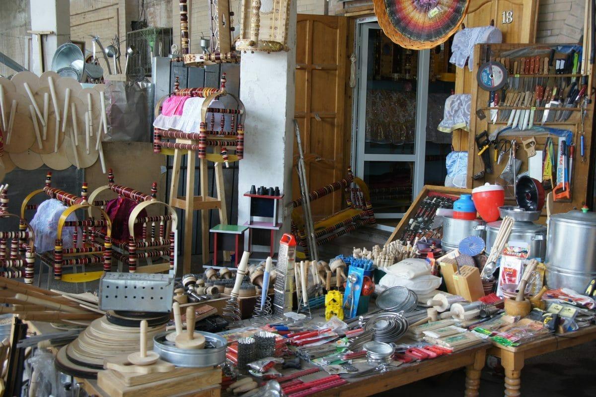 Verschiedene Handwerkswaren Basar Taschkent, Usbekistan