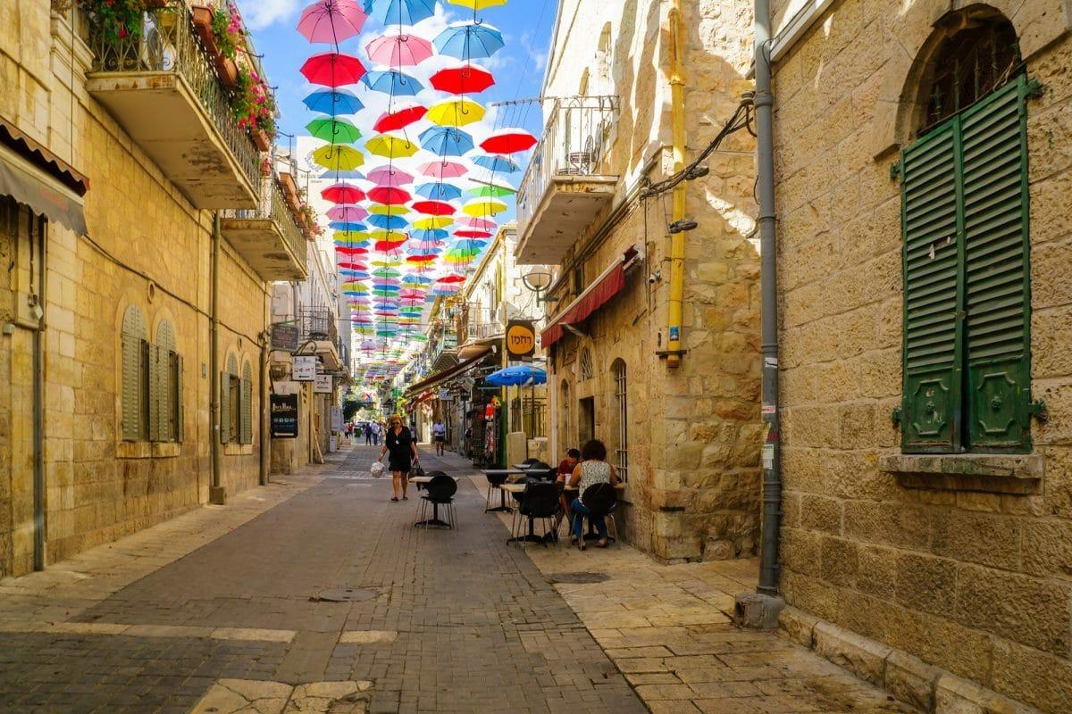 Bunte Schirme in Jerusalem